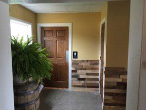Pollyanna-Roselare-hallway-to-restroom